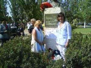 con Lola Ranera junto al busto de Salvador Allende