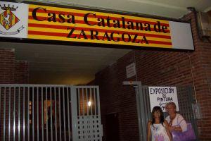 Con mi amiga Estefanía a la puerta de la Casa Catalana